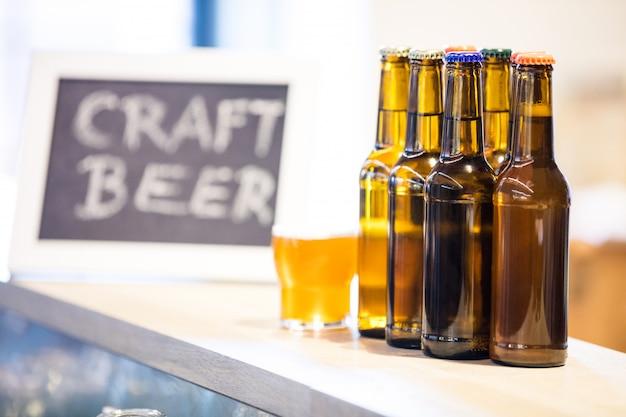 Bierglazen en flessen op de toog