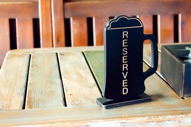Bierpinta gereserveerd teken op houten lijst in bar