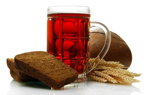 Bierpul van kwas en roggebrood met oren, geïsoleerd op wit