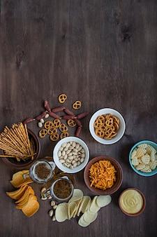 Biersnacks. chips, noten, pistachenoten voor bier.