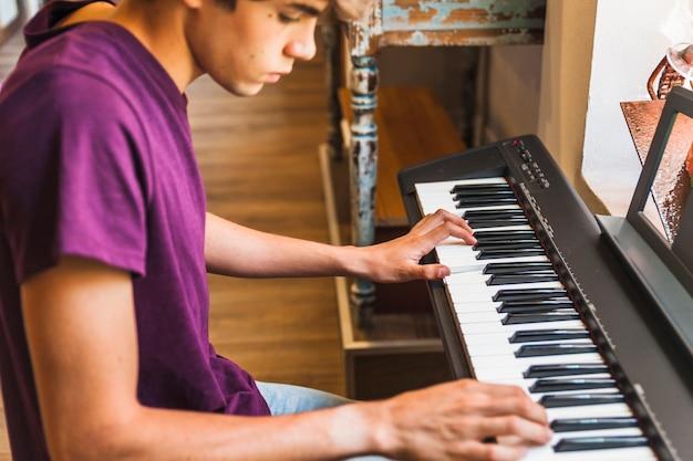 Bies tiener piano aan het spelen