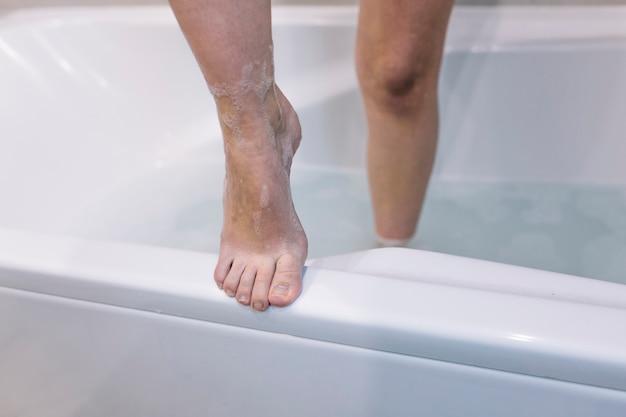 Biesbenen uit bad stappen