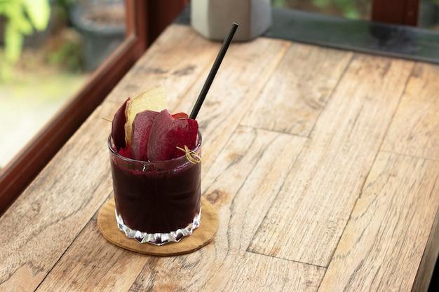 Bietensap gezonde kruidendrankvoeding in een glas