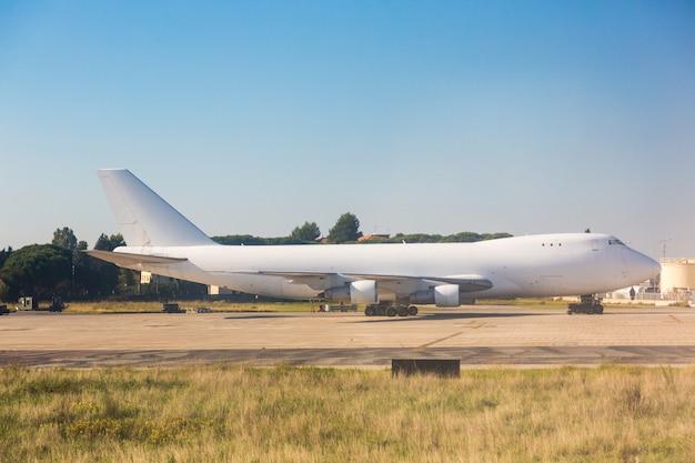 Big cargo-vliegtuig op het parkeerterrein van de luchthaven