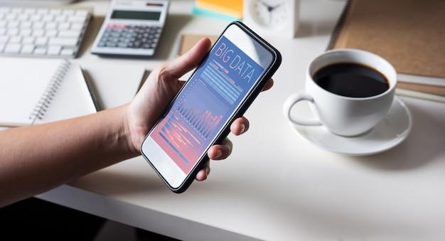 Big data-concepten met smartphone van de houder van de persoon die gegevensinformatie toont