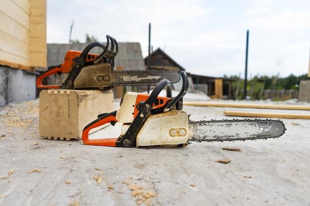 Bij de bouw van een houten huis, twee kettingzagen een beetje.