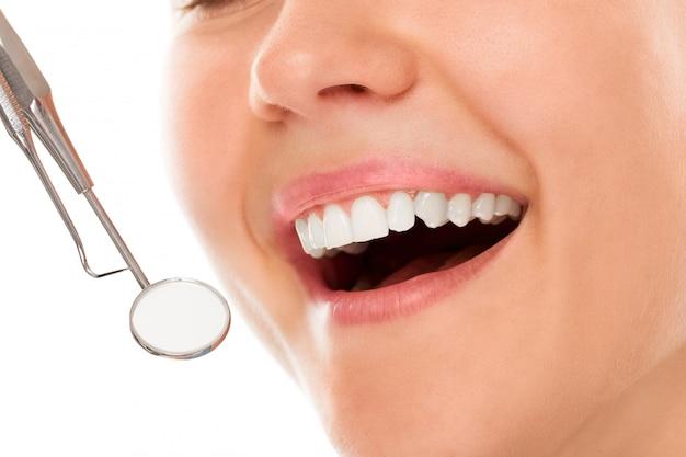 Bij een tandarts met een glimlach