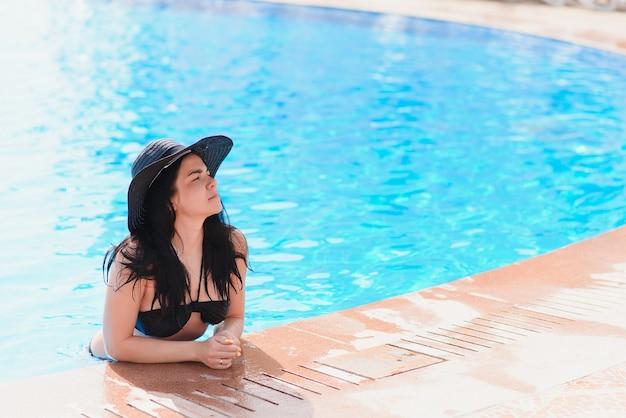 Bij zwembad strand. mensen vrouw levensstijl ontspannen en rusten in de buurt van luxe zwembaden zonnebaden thuis