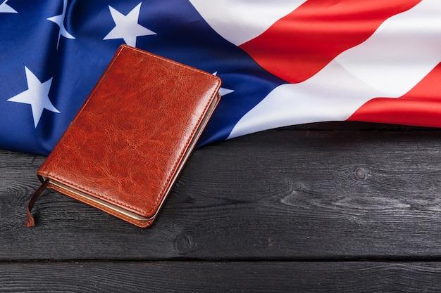 Bijbel die bovenop een amerikaanse vlag legt