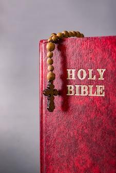 Bijbel en kruis in religieus concept