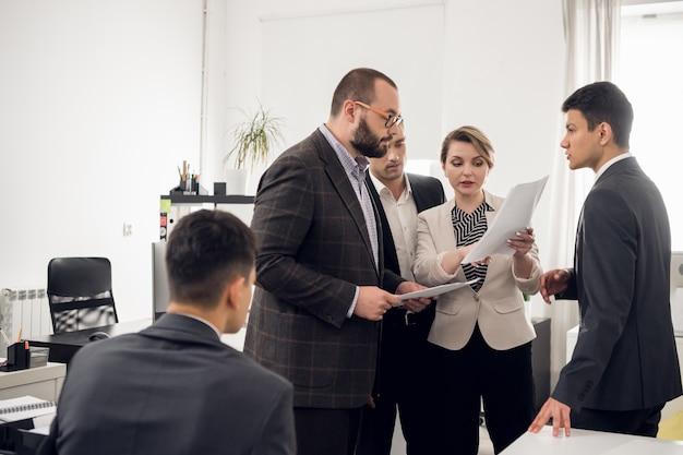 Bijeenkomst en analyse van de ontwikkelingsstrategie van een jong bedrijf dat bouwmaterialen verkoopt. de chef communiceert met zijn ondergeschikten.
