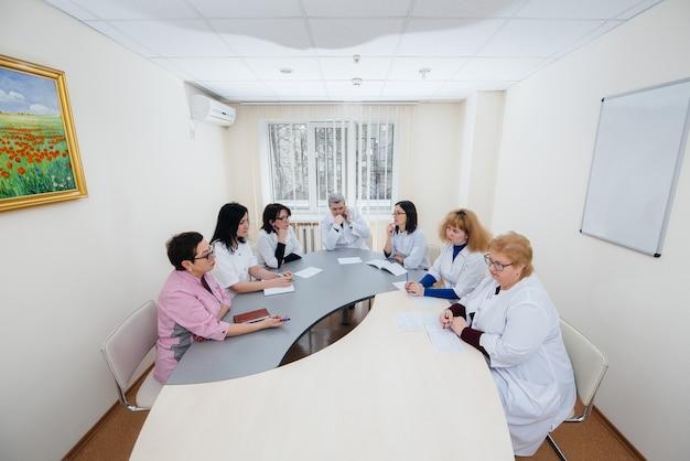 Bijeenkomst van artsen in de kliniek over de virusepidemie. virus en epidemie, quarantaine