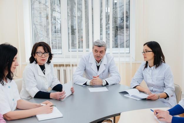 Bijeenkomst van artsen in de kliniek over de virusepidemie. virus en epidemie, quarantaine.