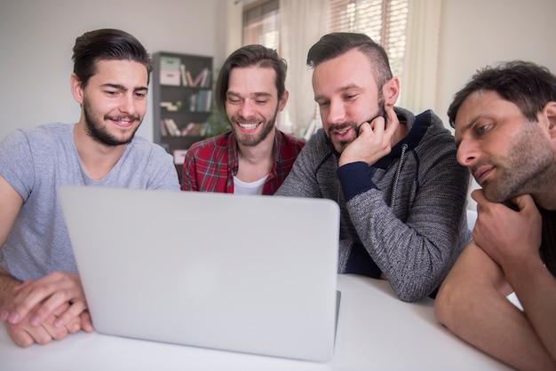 Bijeenkomst van een succesvolle groep freelancers