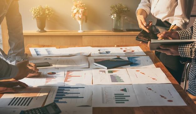 Bijeenkomst zakelijke mensen groep corporate discussie investeringen en investeringen concept in de vergaderzaal.