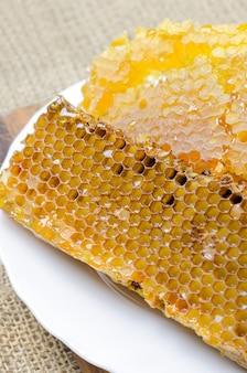 Bijenhoningraten met honing.