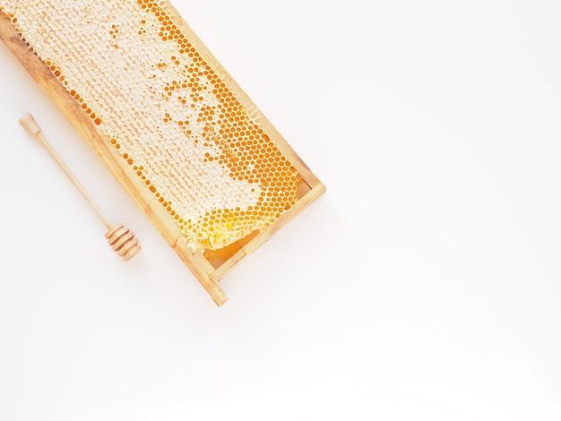 Bijenstal producten. honingraat op witte achtergrond bovenaanzicht kopie ruimte