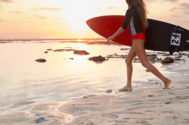 Bijgesneden afbeelding van actieve vrouw gekleed in zwembroek