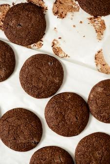 Bijgesneden afbeelding van chocolade koekjes op een bakplaat