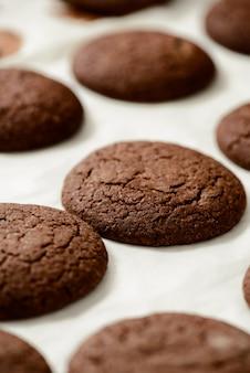 Bijgesneden afbeelding van chocolade koekjes
