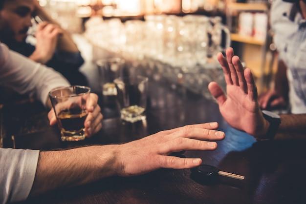 Bijgesneden afbeelding van dronken man praten autosleutels.