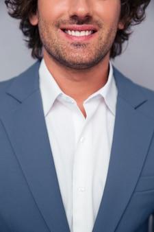 Bijgesneden afbeelding van een glimlachende zakenman