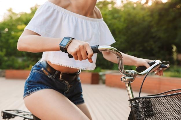 Bijgesneden afbeelding van een jong meisje in zomerkleren