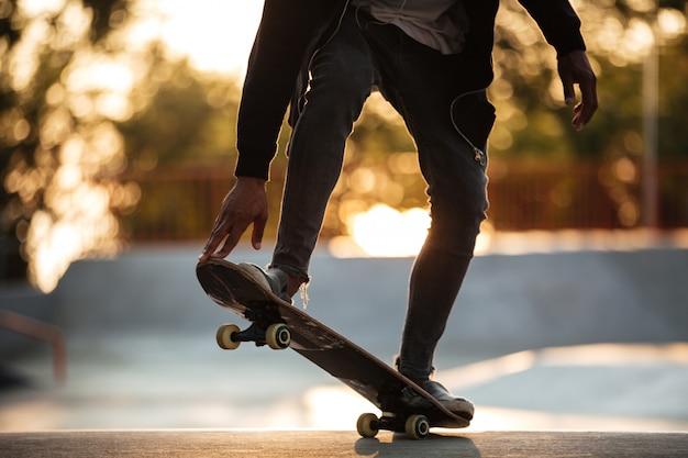 Bijgesneden afbeelding van een jonge afrikaanse mannelijke tiener