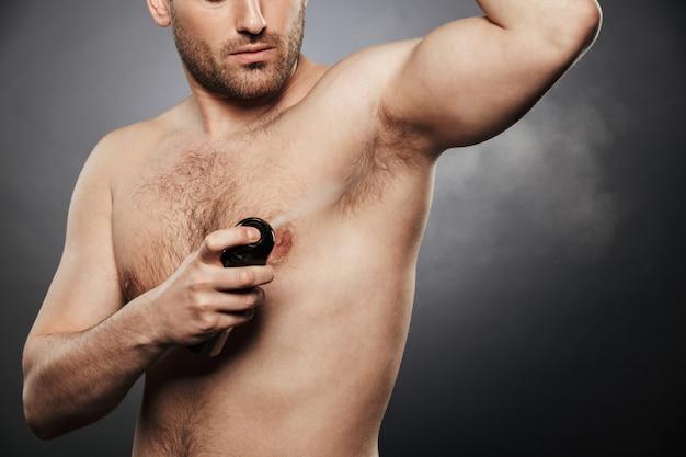 Bijgesneden afbeelding van een jonge shirtless man