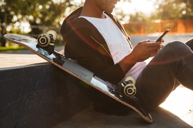 Bijgesneden afbeelding van een jonge skateboarder