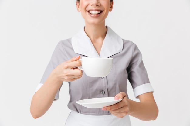 Bijgesneden afbeelding van een lachende jonge huishoudster