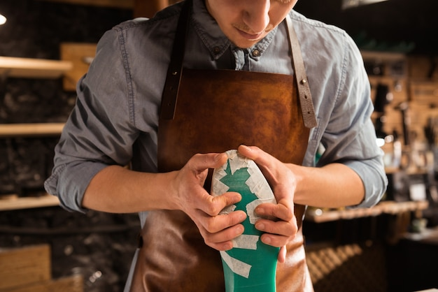 Bijgesneden afbeelding van een schoenmaker modelleer ontwerp voor een schoen