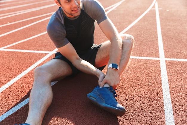 Bijgesneden afbeelding van een vermoeide sportman