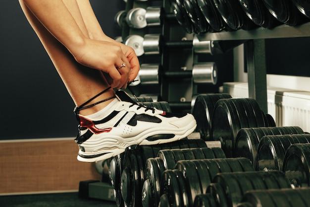Bijgesneden afbeelding van een vrouw training in een sportschool