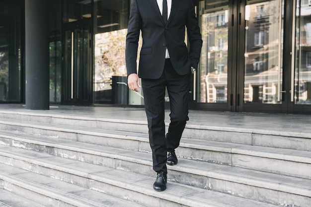 Bijgesneden afbeelding van een zakenman gekleed in pak
