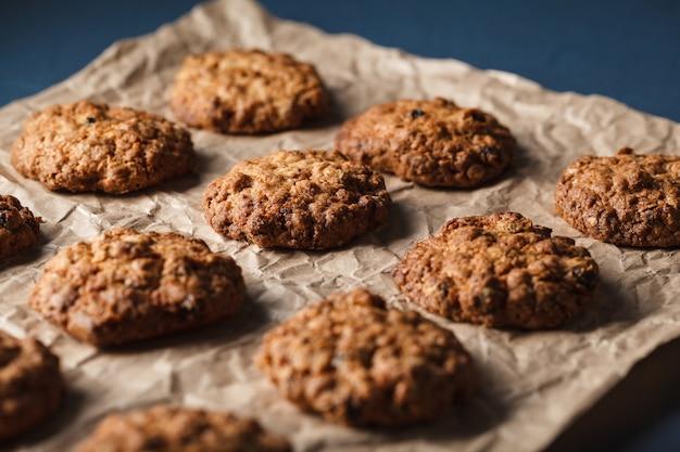 Bijgesneden afbeelding van havermout koekjes met noten op een bakplaat