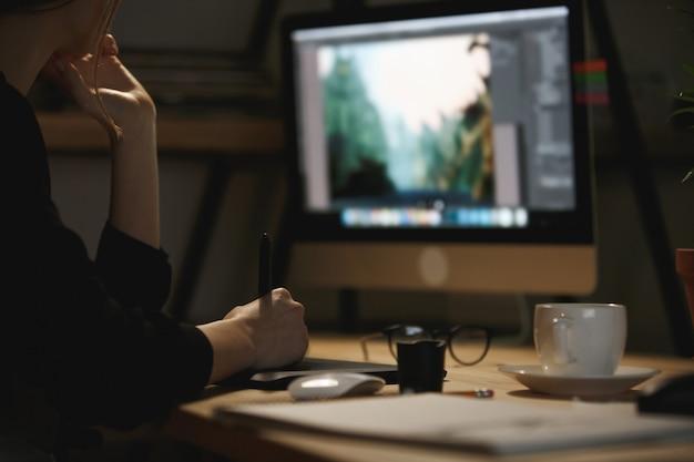 Bijgesneden afbeelding van jonge dame ontwerper