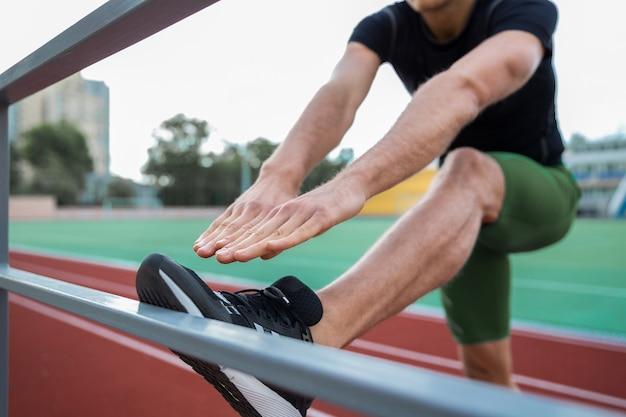 Bijgesneden afbeelding van jonge man atleet