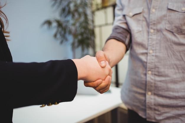 Bijgesneden afbeelding van mensen uit het bedrijfsleven handen schudden