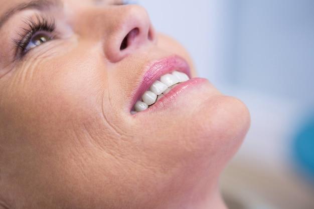 Bijgesneden afbeelding van mooie vrouw die lacht