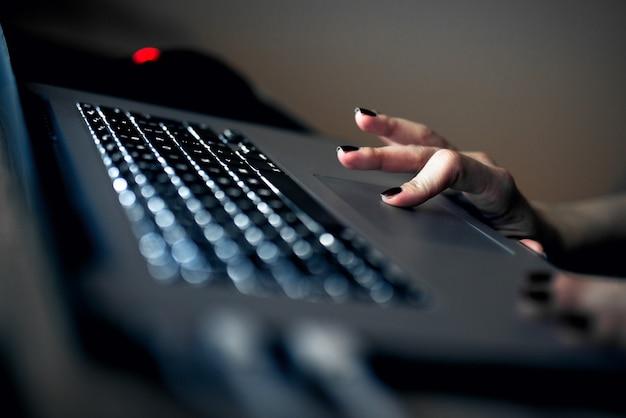 Bijgesneden afbeelding van mooie vrouwelijke handen op laptop touchpad