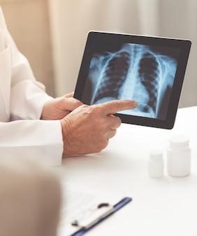 Bijgesneden afbeelding van oude dokter vertoont röntgenfoto