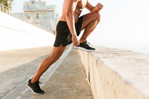 Bijgesneden afbeelding van sterke volwassen sportman