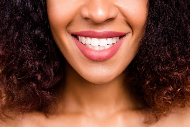 Bijgesneden close-up model dame geniet van nieuwe perfecte grote lippen grootte met witte brede glimlach