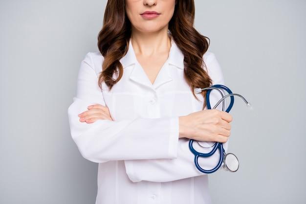 Bijgesneden close-up portret van haar ze mooie aantrekkelijke inhoud golvend haar doc gevouwen armen patiënt diagnostisch centrum kliniek ziekte ziekte ziekte geïsoleerd over grijze pastel kleur achtergrond