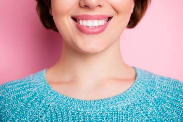 Bijgesneden close-up portret van haar ze mooie aantrekkelijke mooie vrolijke vrolijke vrouw stralend perfecte glimlach
