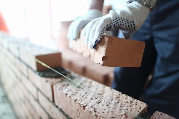 Bijgesneden foto van bouwer in standaard veiligheidsuniform