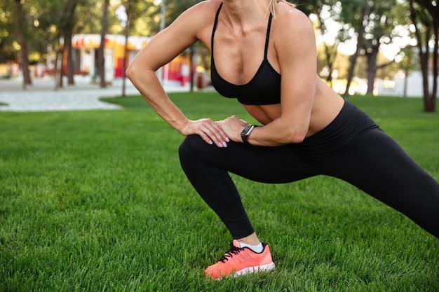 Bijgesneden foto van geweldige sterke jonge sportvrouw