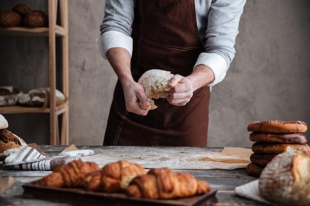 Bijgesneden foto van jonge man bakker