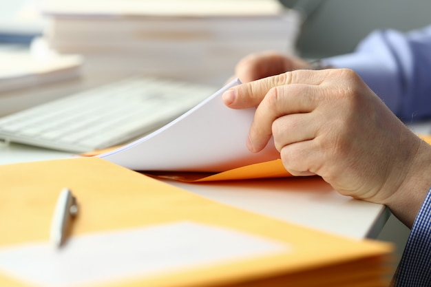 Bijgesneden foto van man houdt papier